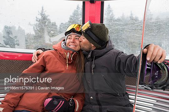plainpicture - plainpicture p1166m1576391 - Loving man wearing ski-wear... - plainpicture/Cavan Images