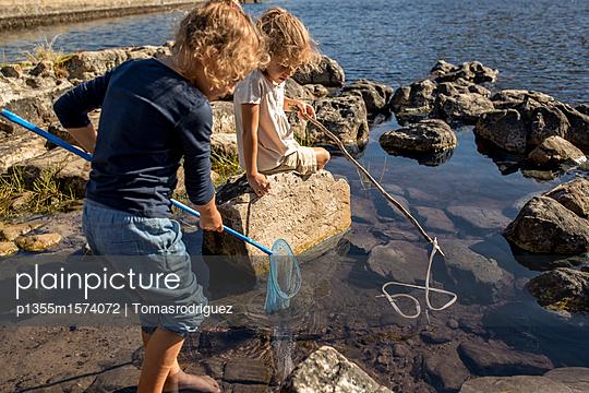 Kinder spielen am Seeufer - p1355m1574072 von Tomasrodriguez