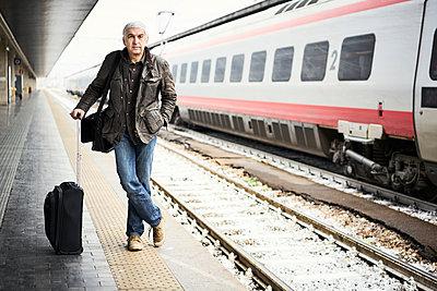 Mann Zug Bahnsteig Stehend - p1312m2020091 von Axel Killian
