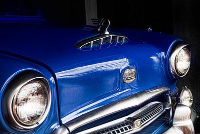 Blauer Oldtimer - p1445m2082676 von Eugenia Kyriakopoulou