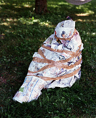 Person wrapped in newspaper - p453m2160796 by Mylène Blanc