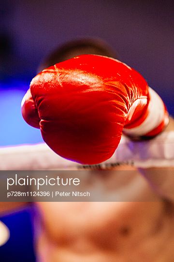Kickboxer hängt in den Seilen - p728m1124396 von Peter Nitsch