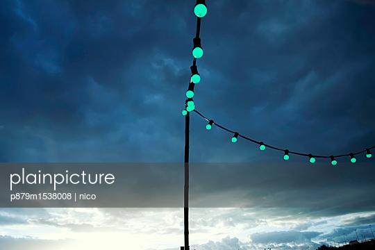 Lichterkette am Abend - p879m1538008 von nico