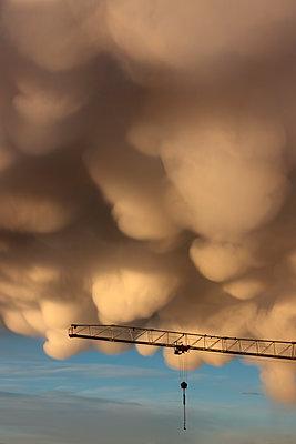 Dramatische Mammatus Wolken über einem Kran - p226m2263556 von Sven Görlich
