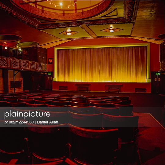 Great Britain, Sudbury, Empty seats in the cinema - p1082m2244960 by Daniel Allan