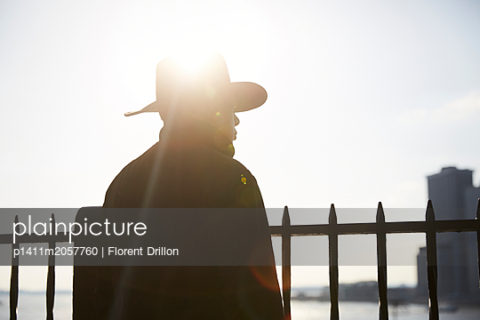 Man wearing cowboy hat - p1411m2057760 by Florent Drillon