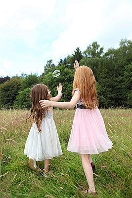 Little girls on a meadow - p045m944685 by Jasmin Sander