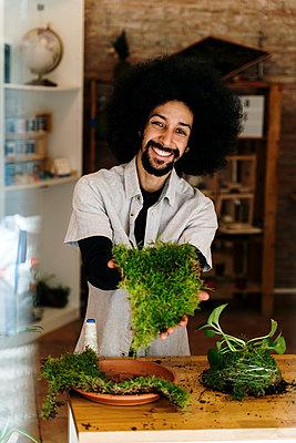 Barcelona, Spain. AfricanAmerican man making a kokedama plant. Kokedama, japanese technique, sustainable, plant, home decor, DIY, technique, - p300m2273497 von VITTA GALLERY