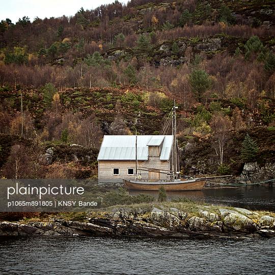 Fischerboot vor einer Hütte bei Honningsvag - p1065m891805 von KNSY Bande