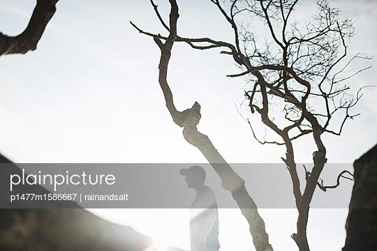 Junger Mann mit Basecap - p1477m1586667 von rainandsalt