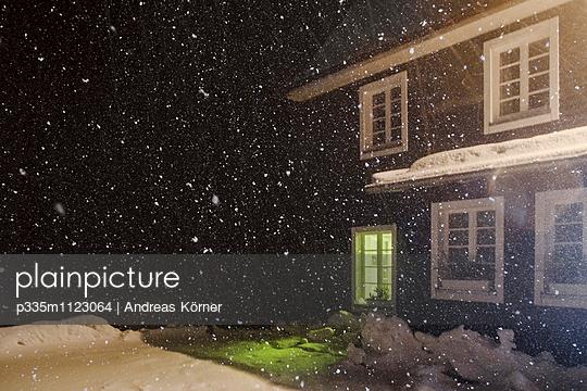 Haus im Winter - p335m1123064 von Andreas Körner