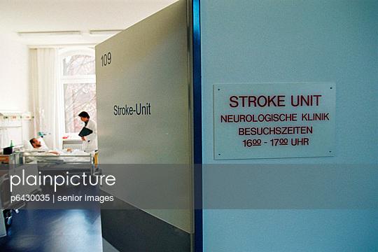 Schlaganfall Patient auf Station  - p6430035 von senior images