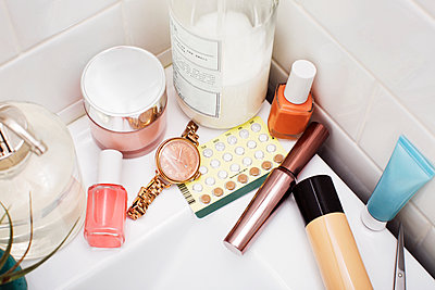 Overhead view of beauty products on bathroom sink - p1166m1140249 by Cavan Images