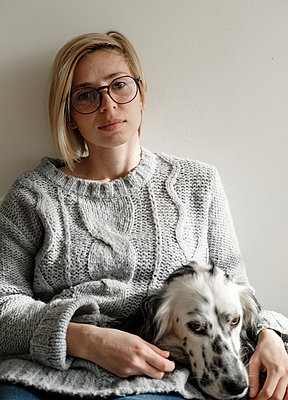 Portrait of woman in glasses wit big white dog - p1363m1556558 by Valery Skurydin