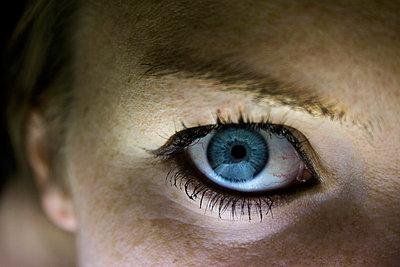 Blaues Auge blickt in die Kamera - p754m886992 von Valea Diller-El Khazrajy