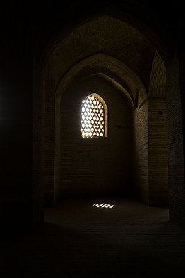 Sunbeams enlighten Jāmeh Mosque of Isfahān  - p798m1042958 by Florian Loebermann