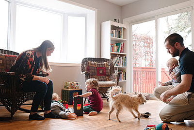 Family and sons with pet dog in living room - p924m2074209 by Viara Mileva