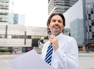 middle-aged businessman in the big city, Madrid / Spain - p300m2277210 von Jose Carlos Ichiro