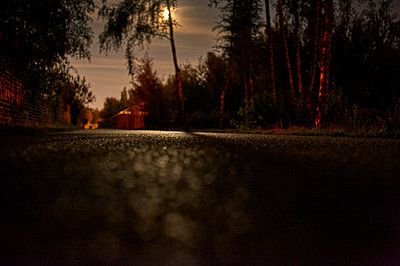 Vollmond wirft Licht auf Straßenbelag - p491m1119189 von Ernesto Timor