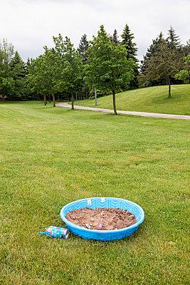 Planschbecken mit Sand befüllt - p836m1492690 von Benjamin Rondel