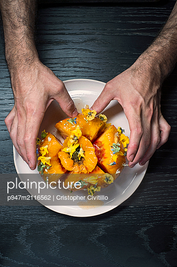 Tomatoes on plate - p947m2116562 by Cristopher Civitillo
