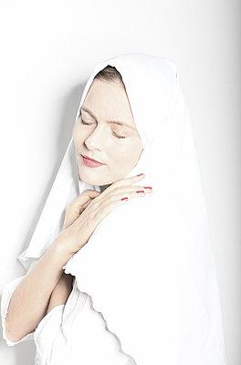 Frau mit Kopftuch, Portrait - p1229m2245632 von noa-mar