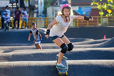 Woman skateboarding in skate park, Canggu, Bali, Indonesia - p343m1543785 by Konstantin Trubavin