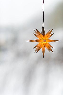 Stern im Fenster - p949m1200291 von Frauke Schumann