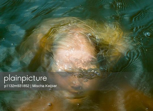 Child in the water - p1132m931852 by Mischa Keijser