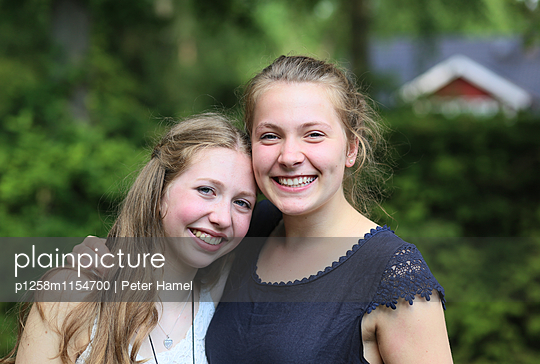 Porträt zwei Freundinnen - p1258m1154700 von Peter Hamel
