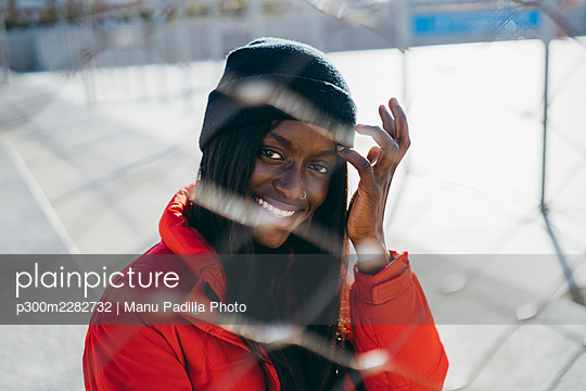 Almeria, Spain. Young African couple walking one afternoon in the park and taking photos. - p300m2282732 von Manu Padilla Photo