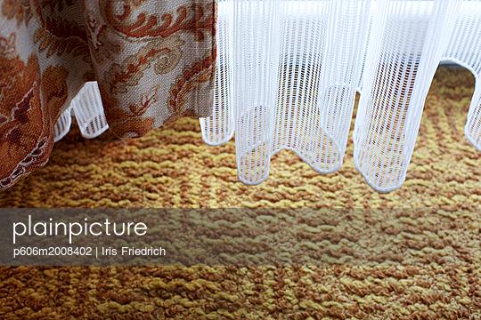 Gardine und Musterteppich - p606m2008402 von Iris Friedrich
