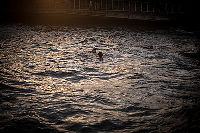 People swimming in the Golden Horn near a bridge - p1007m1134856 by Tilby Vattard