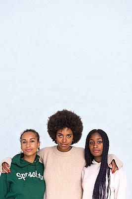 Drei afrikanische Freundinnen - p427m1465049 von R. Mohr