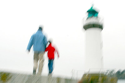 Vater und Sohn bei einem Leuchtturm - p567m667726 von AURELIAJAEGER