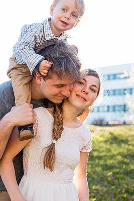 Familie im Frühling - p796m1550310 von Andrea Gottowik