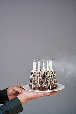 Geburtstagstorte auspusten - p954m2076666 von Heidi Mayer