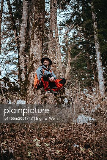 Pause auf einem Baumstumpf - p1455m2081747 von Ingmar Wein