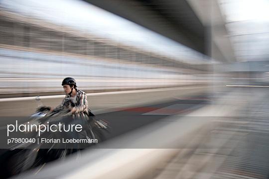 Young man on a motor bike in Tokyo - p7980040 by Florian Loebermann