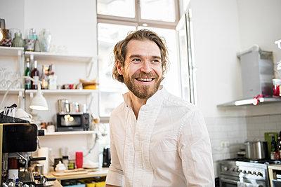 Porträt eines Mannes in der Küche - p1284m1466753 von Ritzmann