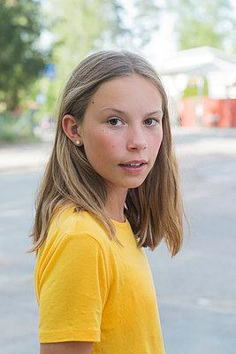 Young girl on a street - p1323m2015189 von Sarah Toure