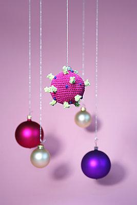 Hanging mobile, Corona virus and christmas balls - p237m2220149 by Thordis Rüggeberg