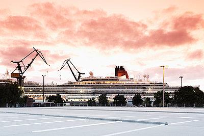 Germany, Hamburg, Port of Hamburg, Cruise ship Queen Elizabeth in the dry dock - p300m982097f by Mel Stuart