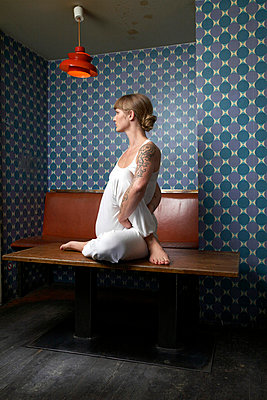 Yogaübung auf dem Tisch - p6060018 von Iris Friedrich