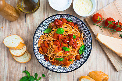 Spaghetti with cherry tomatoes and basil in bowl - p300m1536192 by Giorgio Fochesato