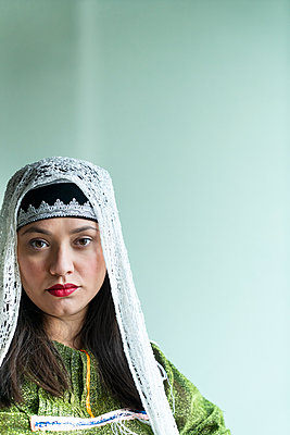 Young woman in traditional arabic costume - p427m2134509 by Ralf Mohr
