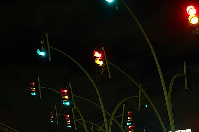 Ampeln bei Nacht - p913m1496725 von LPF