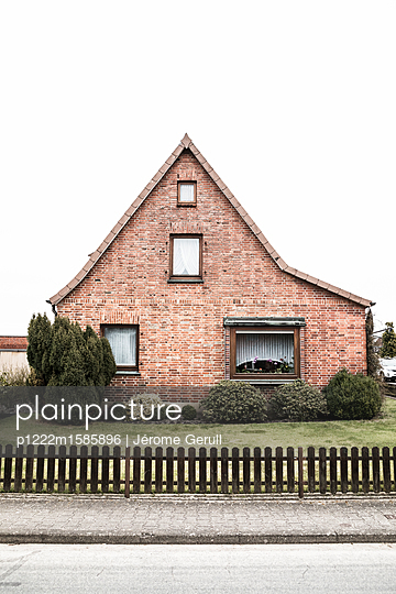 Single-family-house with brick front - p1222m1585896 by Jérome Gerull