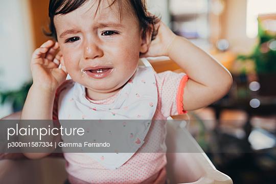 Portrait of crying baby girl at home - p300m1587334 von Gemma Ferrando