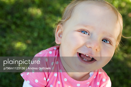 Kind im Park - p796m1123136 von Andrea Gottowik